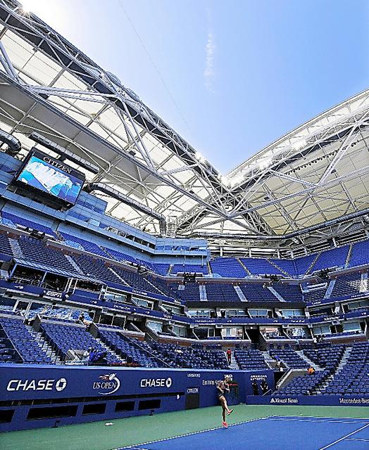 開閉式の屋根が取り付けられた全米オープンテニスのセンターコート=EPA時事
