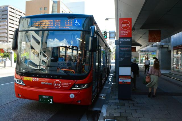 BRTで買い物客が減ったとの声を受け、3月以降、快速運行の連節バスがとまるようになった本町停留所=新潟市中央区