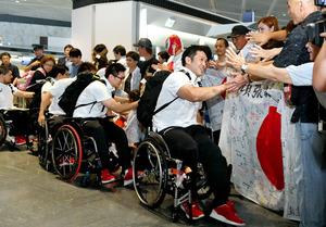 車いすバスケ選手団ら出発 リオ・パラリンピック