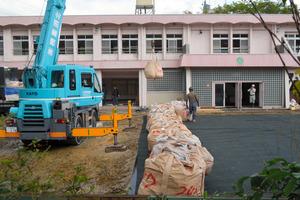 仮置き場の旧保育所に運び込まれる廃棄物=30日午前10時1分、大阪府豊能町、吉村治彦撮影