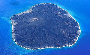 8月18日の西之島の様子。火山活動は落ち着いているという=海上保安庁提供