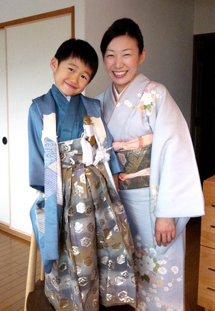 七五三で、母親の吉川優子さんと一緒に笑顔を見せる吉川慎之介くん=2011年11月、遺族提供