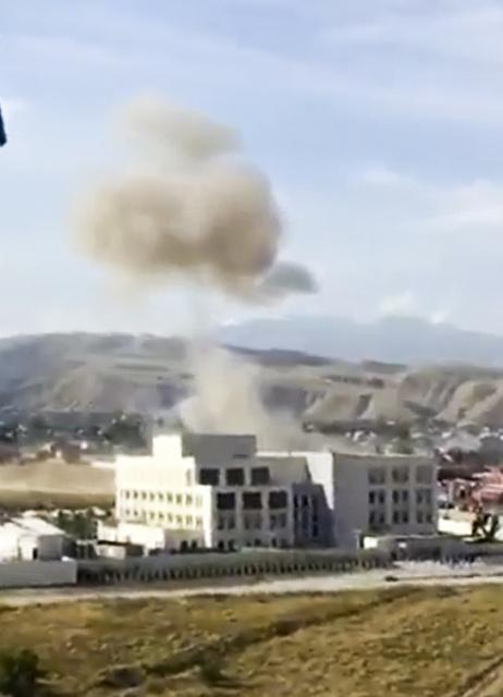 中央アジア・キルギスの首都ビシケクで30日、中国大使館に爆弾を積んだ車が突っ込んで煙が上がった=AP