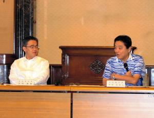 観光政策などについて意見を交わす河村たかし名古屋市長(右)と大村秀章愛知県知事=名古屋市役所