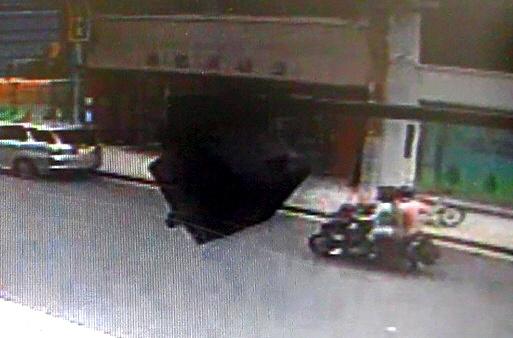事件現場付近の防犯カメラに映っていた2人乗りのバイク=30日午前9時56分、大阪市中央区博労町