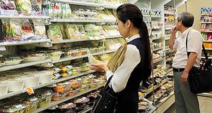 平日のお昼時、ファミマの来店客がサラダも選んでいた=26日、東京都港区