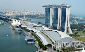 カジノなどが入るシンガポールの人気施設「マリーナ・ベイ・サンズ」=2014年10月