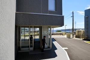 遠くに海を望む高台に移転した串本海上保安署=串本町サンゴ台