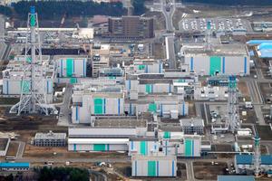 青森県六ケ所村の再処理工場と関連施設=2013年、朝日新聞社機から