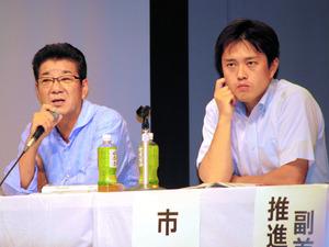 説明会で質問に答える大阪府の松井一郎知事(左)と大阪市の吉村洋文市長=大阪市此花区