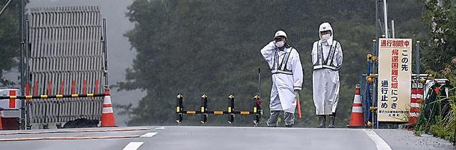 国道6号沿いの帰還困難区域の警戒に当たる警備員=30日午前、福島県大熊町、関田航撮影