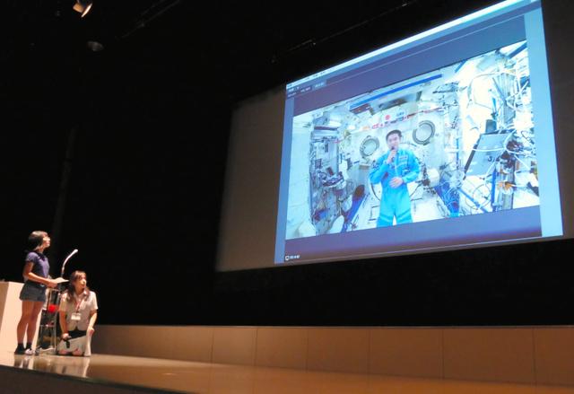大西卓哉宇宙飛行士と交信する子どもら(左)=上田市の上田創造館