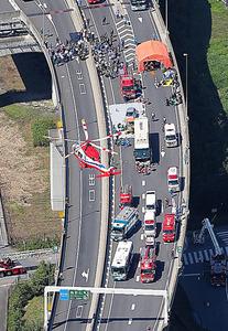 首都高速埼玉新都心線での多重事故を想定した訓練=1日午前、さいたま市浦和区、本社ヘリから、堀英治撮影