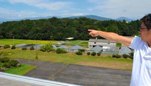 「リニアの見える丘公園」はこの丘陵の後方に造られる=中津川市千旦林のリニア車両基地予定地から撮影