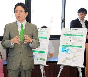 培養プールのプロジェクトについて、パネルを使って説明する出雲充社長(左)=県庁