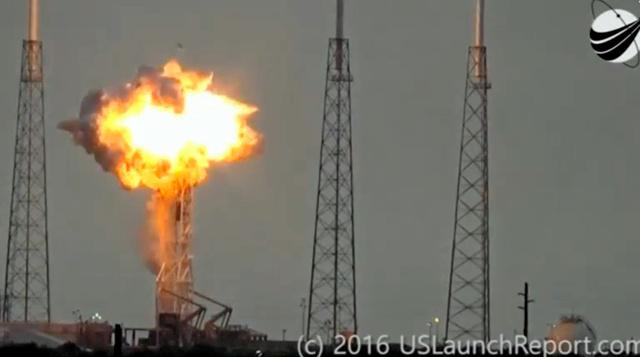 1日、ケープカナベラル空軍基地で起きたスペースXの無人ロケット「ファルコン9」の爆発事故(2016. U.S. Launch Reportの映像から)=米フロリダ州、ロイター