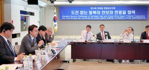 北朝鮮への制裁などについて意見を交わす日中韓の研究者たち=2日、ソウル、今村優莉撮影