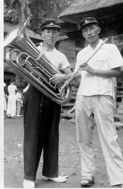 野尻湖畔の合宿から甲子園へ応援に出発する直前の本間昭男さん(左)と鈴木康友さん(鈴木さん提供)