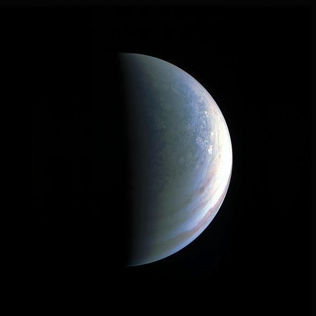 8月27日に最接近した探査機ジュノーが撮影した北極側から見た木星。この方向からの撮影は1974年以来という(米航空宇宙局〈NASA〉提供)