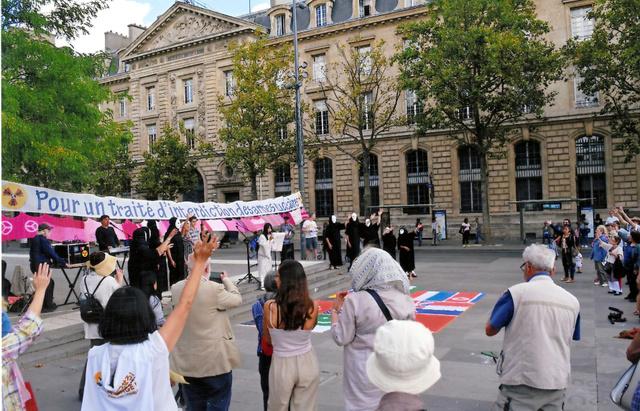 長崎原爆の日にパリで歌ったYukariさん=本人提供