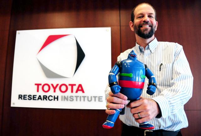 鉄人28号を持つ、トヨタ・リサーチ・インスティテュートの最高経営責任者(CEO)、ギル・プラット氏=8月6日、米カリフォルニア州