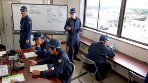 高台の指揮所で被害状況確認の訓練をする警察官=串本町サンゴ台