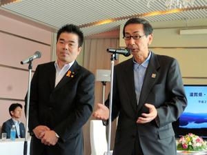懇談後に記者会見する西川一誠知事と三日月大造・滋賀県知事(左)=若狭町海山