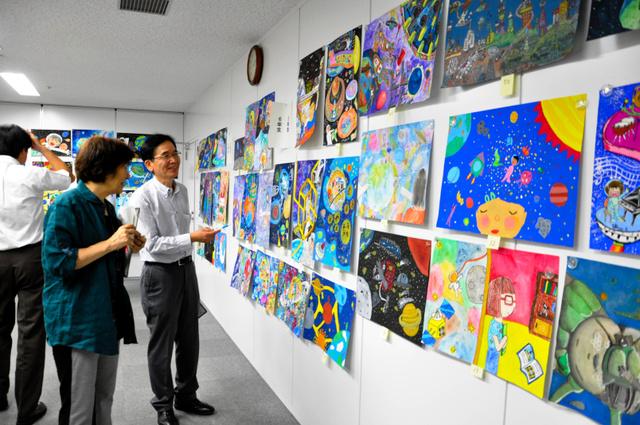 壁に並んだ作品を見ながら受賞作を選ぶ絵画部門の審査委員ら=東京都千代田区