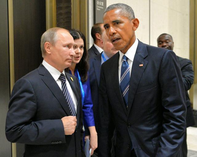 G20首脳会議の会場で話をする米国のオバマ大統領(右)とロシアのプーチン大統領=AFP時事