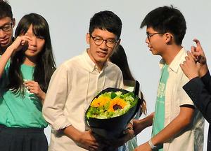 「香港衆志」から立候補した羅冠聡さん(中央)の当選を喜ぶ仲間たち=5日、香港、石田耕一郎撮影