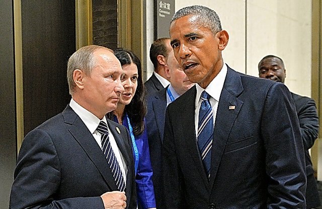 G20首脳会議の会場で話す米国のオバマ大統領(右)とロシアのプーチン大統領=AFP時事