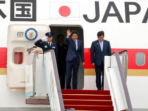 中国・杭州でのG20首脳会議を終え、ラオスに向けて政府専用機に乗り込む安倍晋三首相(中央)=6日午前8時38分、杭州空港、飯塚晋一撮影