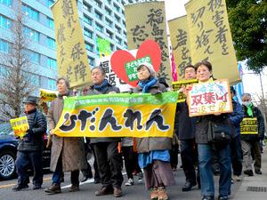経済産業省前や東電本社前をデモ行進する参加者たち=3月2日、東京都千代田区