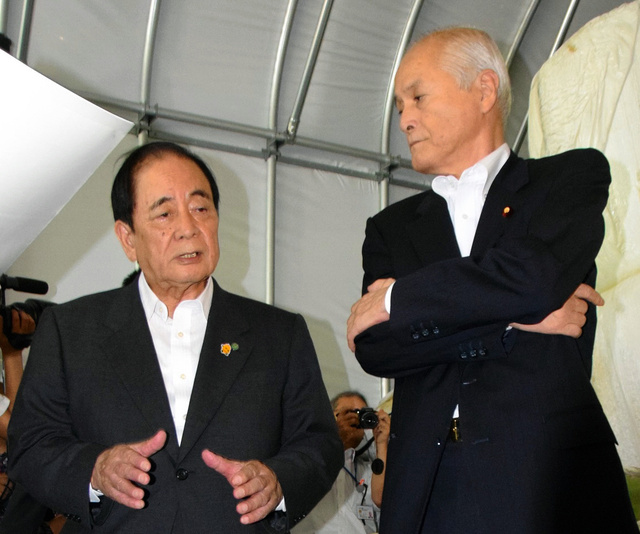 佐藤市長(左)から説明を受ける山本環境相=栗原市金成大平