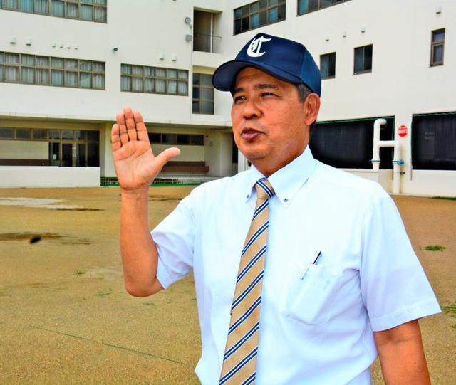 「3年後の甲子園を目指す」と話す岸本幸彦監督。グラウンドだけでなく、付近の球場も借りて練習する予定だ=沖縄カトリック中学高校