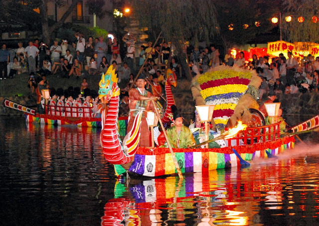 采女祭(うねめまつり)の様子。かがり火の中、ゆっくりと船が進む=奈良市の猿沢池