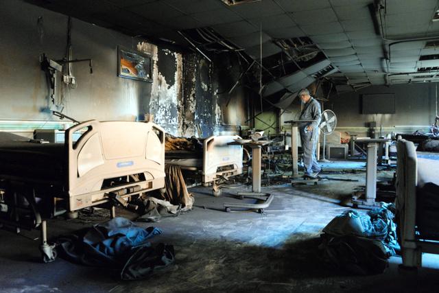 焼け焦げた病室を調べるファルージャ総合教育病院のアブドゥルサタル・イサウィ院長。立てこもっていたIS戦闘員が火をつけたという=5日、ファルージャ、渡辺淳基撮影