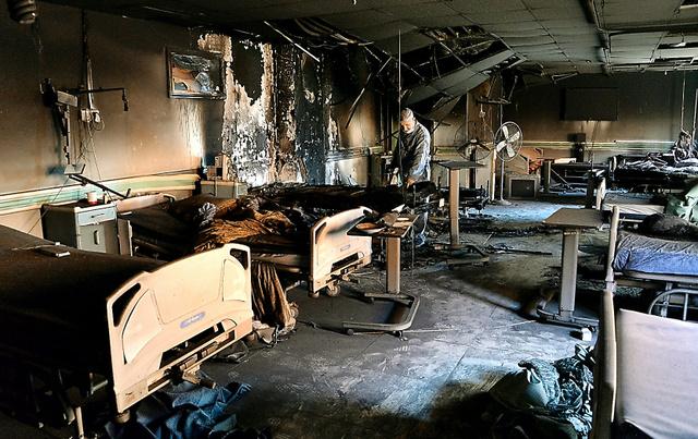 焼け焦げた病室を調べるファルージャ総合教育病院のアブドゥルサタル・イサウィ院長=5日、ファルージャ、渡辺淳基撮影
