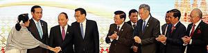 ラオス・ビエンチャンで7日にあったASEAN・中国首脳会議で、中国の李克強首相(左から4番目)と握手するミャンマーのアウンサンスーチー国家顧問(左)ら=ロイター