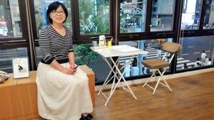 4代目店主の遠山秀子さん。ギャラリーからは青山通りの景色が一望できる=東京都港区北青山3丁目の「山陽堂書店」