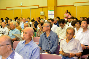 JR東海から村内で始まる予定の工事について説明を受ける村民=大鹿村交流センター