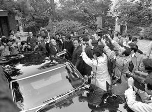 田中角栄首相は退陣の日、自宅の向かいの中学校の窓から女子生徒に声をかけられ手を振った=1974年11月26日午前8時35分、東京都