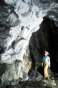 巨大な鍾乳石が残る「瀧谷洞」の洞内=2006年、埼玉県秩父市大滝