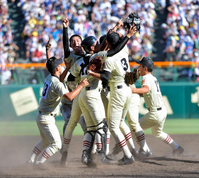 今夏の全国高校野球選手権大会で優勝を決め、マウンド上で喜ぶ作新学院の選手たち=8月、阪神甲子園球場、金居達朗撮影