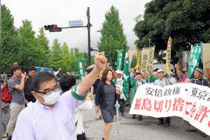 県内の酪農家や農民約100人が首相官邸前に集まり、「原発事故の賠償を打ち切るな」と抗議した=東京・永田町