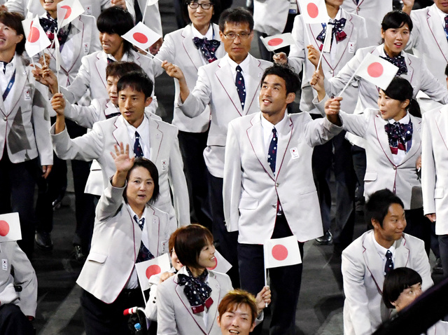入場する陸上の鈴木徹(中央左)ら日本の選手たち=7日、マラカナン競技場、井手さゆり撮影