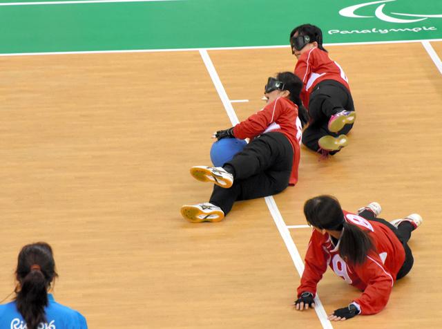 イスラエルの攻撃をディフェンスする浦田理恵選手(中央)=8日、フューチャーアリーナ