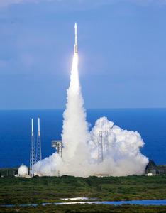 米フロリダ州ケープカナベラル空軍基地から打ち上げられた探査機「オシリス・レックス」を搭載したロケット=AP