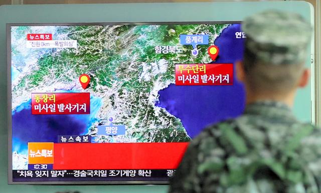 ソウルで9日、北朝鮮の核実験とみられる地震のニュースを見る韓国の兵士=ロイター