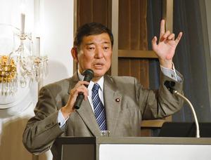 石破茂・元防衛相。講演後、記者団に北朝鮮の核実験についてコメントした=9日午前、都内のホテル